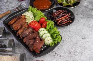 gebakken varkensvlees gegarneerd met pepers en groenten foto
