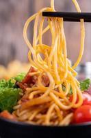 spaghetti met tomaten en sla