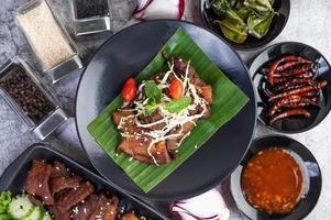 gebakken varkensvlees gegarneerd met sesamzaadjes foto
