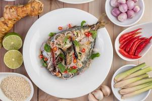 gefrituurde makreel belegd met peper en munt foto