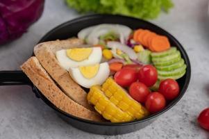 groentesalade met brood en gekookte eieren