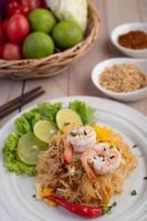 plaat van pad thai garnalen