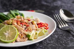 pittige limoenvarkenssalade met greens en zijkanten foto