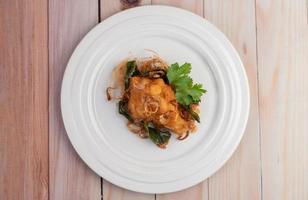 bord met kruiden gebakken kip foto