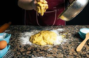 persoon die zelfgemaakte pasta maakt