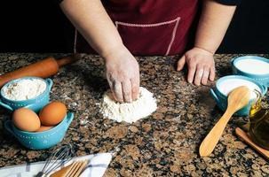 close-up van een persoon die pasta maakt