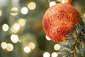 rode kerstbal en lichten