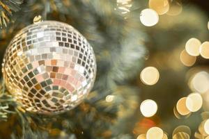 zilveren kerstbal en bokeh lichten