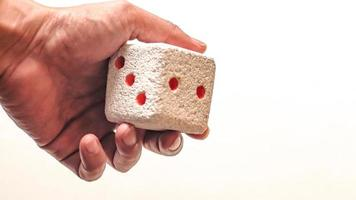 hand met een dobbelsteen