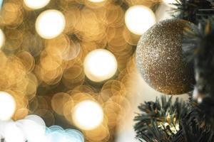 kerstbal en bokeh lichten foto