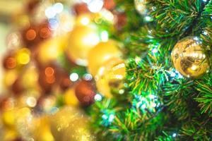 gouden en rode kerstballen foto