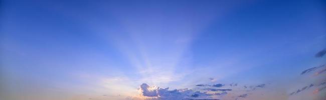 hemel en wolken bij zonsondergang