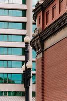 gebouw en lantaarnpaal foto