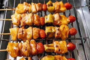 bbq-grill met een verscheidenheid aan vleeswaren, tomaat en paprika foto