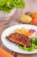 visbiefstuk met frietjes, fruit en groenten