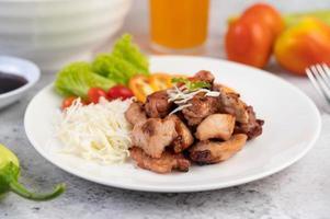 gegrilde varkenskotelet met tomaten en salade foto