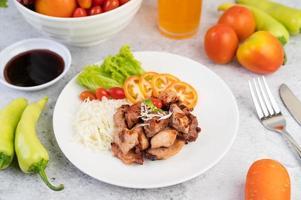 gegrilde varkenskotelet met tomaten en salade