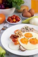 gebakken eieren, worst, varkensgehakt, brood en rode bonen