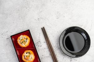 geplateerde sushi met saus en eetstokjes