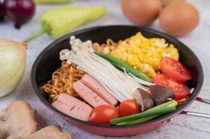 roergebakken noedels met mais, gouden naaldchampignon, tomaat, worst en edamame