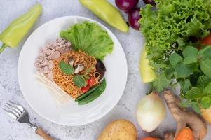 roergebakken noedels met gemengde groenten foto