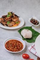 Thaise pikante saus, varkensvlees, tomaat en knoflook