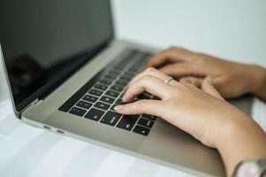 vrouw handen typen op laptop