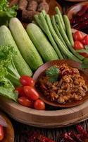 zoet varkensvlees in een houten kom met ingrediënten