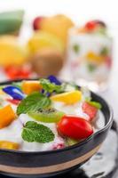 fruitsalade in een yoghurtkom foto
