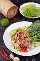 pittige limoenvarkenssalade op een bedje van greens
