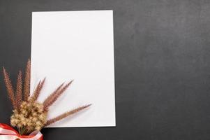 blanco papier en bloem op het bureau