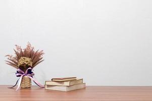 bloem en boeken op het bureau
