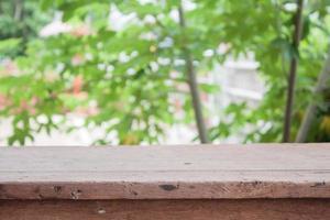 houten tafel buiten foto
