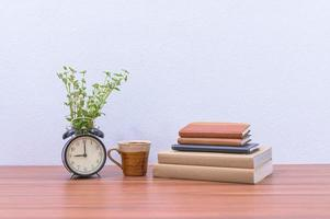 boeken en bloemen op het bureau
