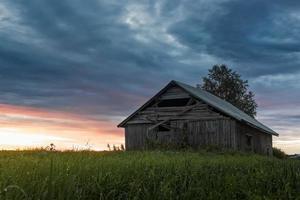 houten huis bij zonsondergang