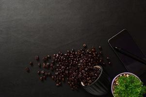 smartphone en koffiebonen op het bureau, bovenaanzicht foto