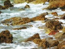 rotsen en water gedurende de dag foto