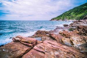 rotsen aan een kust