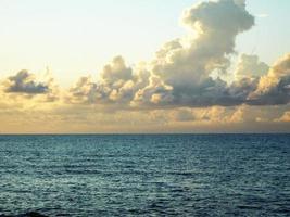 wolken boven de oceaan bij zonsondergang foto