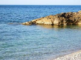 blauw water aan de kust foto