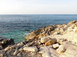 rotsachtige kust bij de oceaan foto