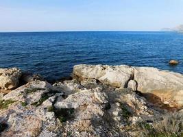 rotsen in de buurt van blauw water foto