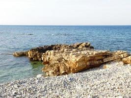 rotsen in de buurt van de oceaan foto