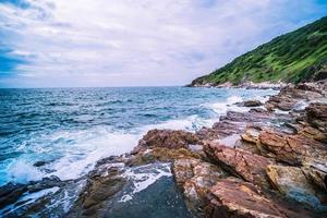 blauwe oceaan en rotsen