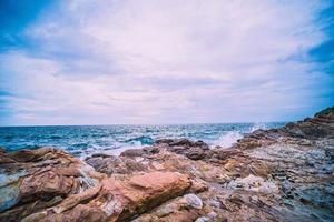rotsachtige kust met blauw water