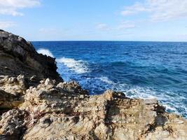 blauwe golven en rotsen foto