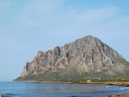 bergen dichtbij de oceaan foto