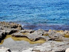 blauw water en rotsen foto