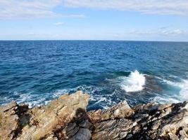 golven en rotsen overdag foto