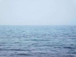 blauwe zee met mist foto